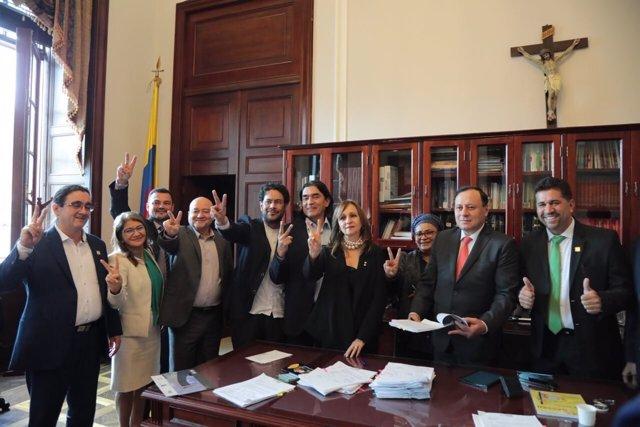 Ex guerrilleros de las FARC toman posesión de sus escaños