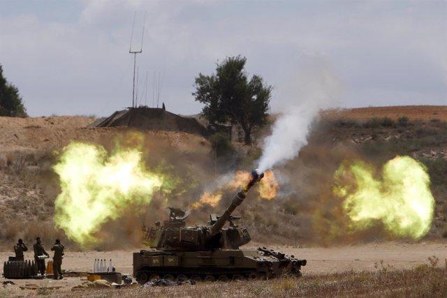 Un tanque dispara en Gaza