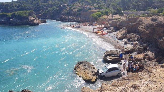 El coche estrellado en la playa de s'Illot, en Alcúdia