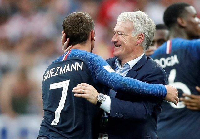 Deschamps y Griezmann se abrazan tras ganar el Mundial de Rusia