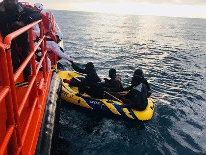 Rescatadas 30 personas de cuatro pateras en aguas del Estrecho