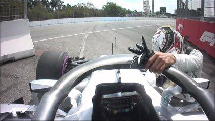 Hamilton se arrodilla ante su Mercedes y lo empuja tras quedarse parado en la Q1