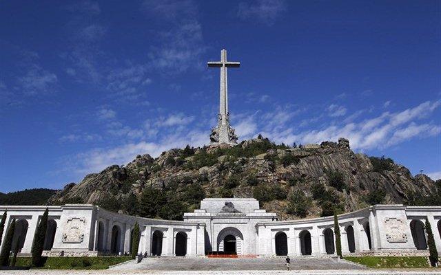 Un grupo de jóvenes con banderas de España irrumpen en la concentración por memoria histórica en el Valle de los Caídos