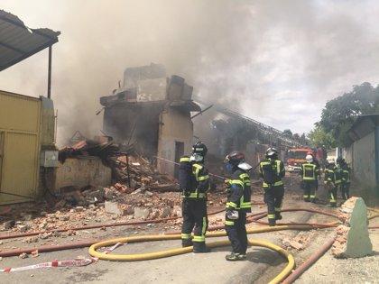 Emergencias prevé que el incendio en Cañada Real no estará totalmente extinguido hasta después de tres horas