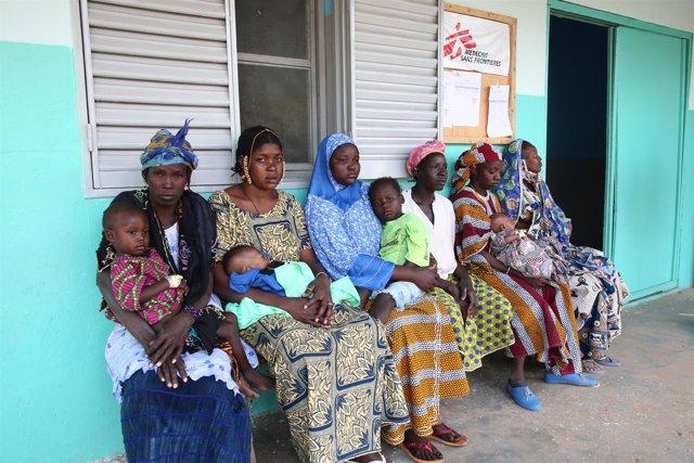 Mujeres con sus hijos en una clínica apoyada por MSF en Mopti