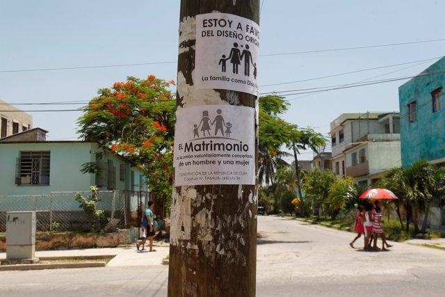 Carteles oponiéndose al matrimonio homosexual en Cuba