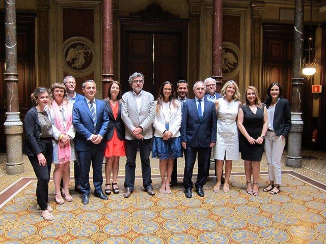 La decana del Icab Maria Eugènia Gay y su Junta de Gobierno