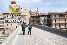 Dos agentes de la Guardia Civil en Valderrobres (Teruel)