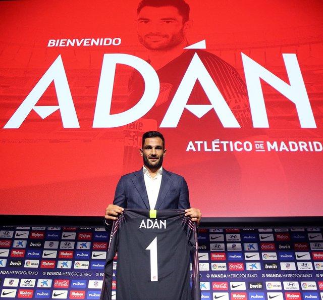 Antonio Adán, con la camiseta del Atlético de Madrid