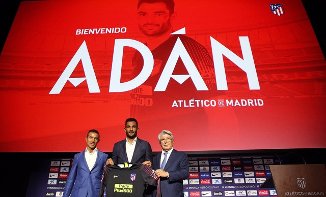 Adán junto a Enrique Cerezo y Andrea Berta, director deportivo del Atlético