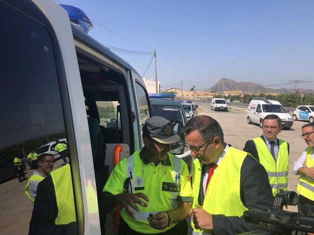 El delegado del Gobierno, Diego Conesa, con Tráfico