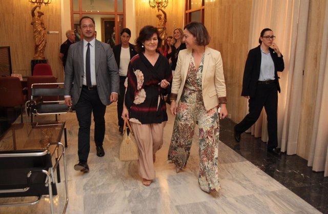 Carmen Calvo (centro) a su llegada al Ayuntamiento de Córdoba