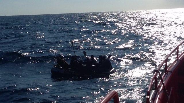 Patera con inmigrantes en el Estrecho