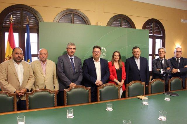 Sánchez Haro (centro), durante su encuentro con la cooperativa El Tejar