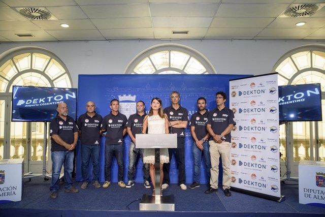 La diputada de Deportes, junto a la tripulación del 'Peneque Pro'.