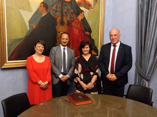 La vicepresidenta del Gobierno, Carmen Calvo (centro), en su visita a Diputación