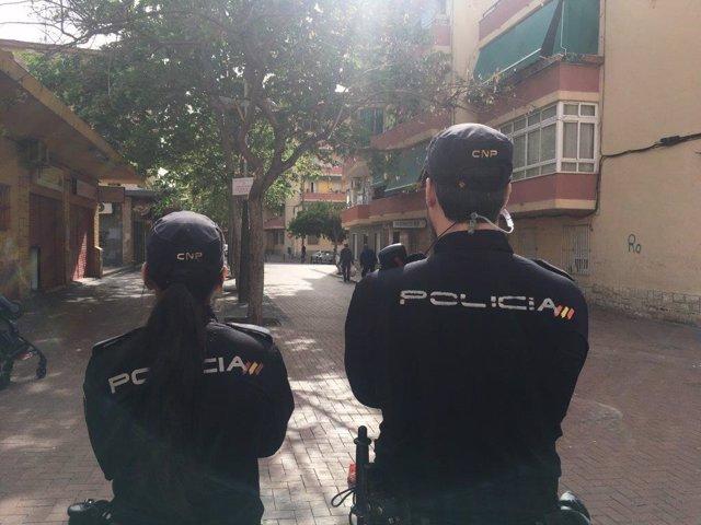 Dos agentes en Alicante