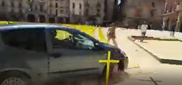 Un coche embiste las cruces amarillas plantadas en la plaza Major de Vic
