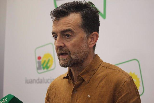 El líder andaluz de IU, Antonio Maíllo, atendiendo a los periodistas