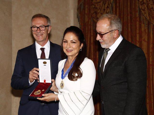 Gloría Estefan recoge la Medalla de las Bellas Artes, al lado de su gran amor y con disco a la vista