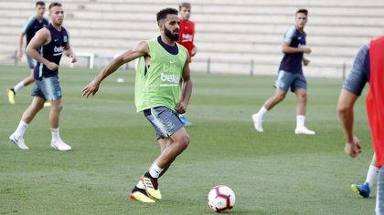 El Barcelona cede a Douglas en su último año de contrato