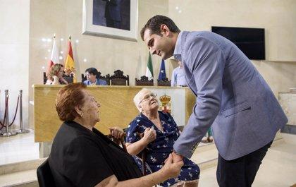 El alcalde de Almería impone el Escudo de Oro de la Ciudad a Araceli Nieto 'La Kika' y a Isabel Simón
