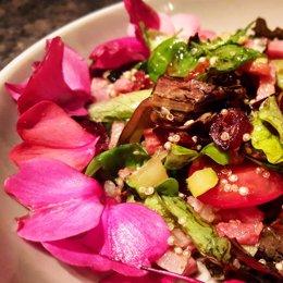 Plato con comida y flores