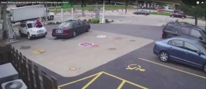 Una mujer salta sobre el capó de su coche para impedir que se lo roben