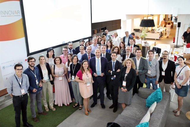 Foto de los galardonados en la V edición de los Premios H INNOVAR de Novartis
