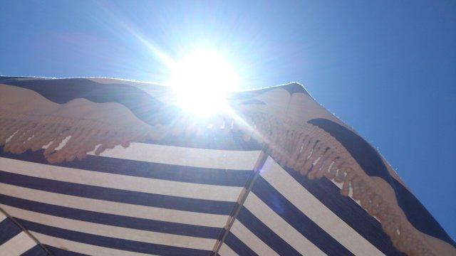 Sol, ona de calor, estiu, càncer de pell, parasol, platja, turisme, vacances