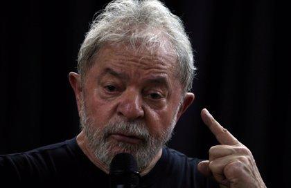 Seguidores de Lula da Silva lanzan tinta roja ante el Supremo para pedir la libertad del expresidente brasileño