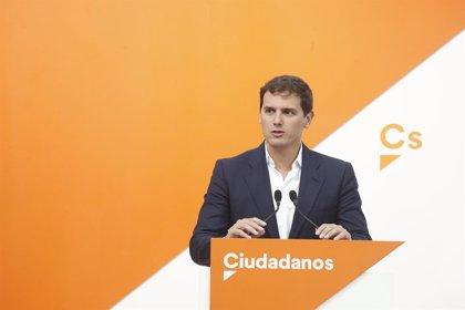 """Rivera cree que ERC y PDeCAT apoyan la comisión de investigación sobre el Rey Juan Carlos para """"deslegitimar"""" la Corona"""
