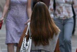 Mujer paseando por la calle en verano