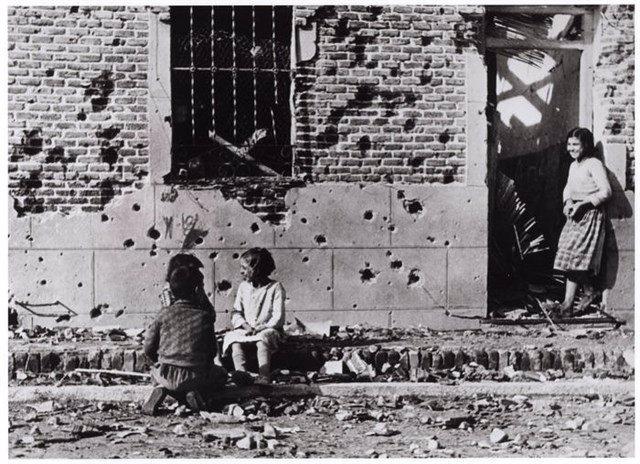Fotografía de la Calle Peironcely 10, icono de la guerra civil, por Robert Capa