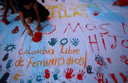 Jóvenes latinoamericanos ven la violencia contra las mujeres como algo normal, según un sondeo