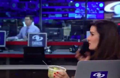 Captan a la periodista colombiana Vanessa de la Torre comiendo en pleno telediario y se vuelve objeto de 'memes'