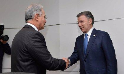 Uribe acusa a Santos y a la inteligencia británica de realizar un montaje en su contra