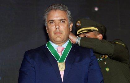 """Duque defiende la """"rectitud"""" de Uribe tras la renuncia a su escaño de senador por acusaciones de corrupción"""
