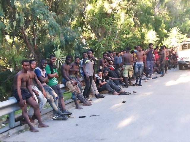 Migrantes subsaharianos que han saltado el vallado fronterizo de Ceuta