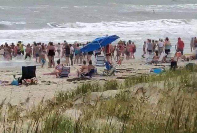 Cadena humana en una playa de Carolina del Norte