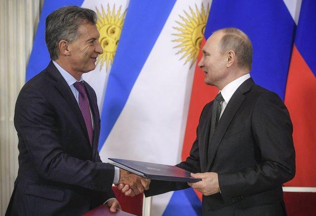 Russian President Vladimir Putin (R) and his Argentinian counterpart Mauricio Ma