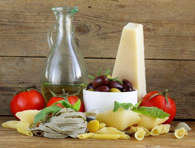 Dieta mediterranea, aceite, aceitunas, pasta y queso.