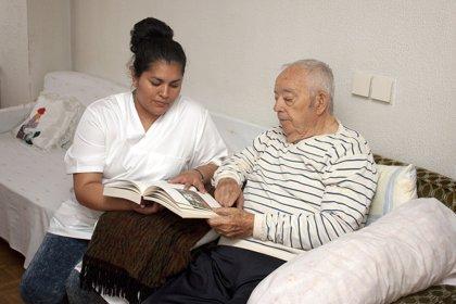 Diez minutos de interacción social al día mejoran el bienestar en personas con demencia