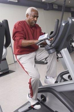 Hombre hace ejercicio en una bicicleta estática