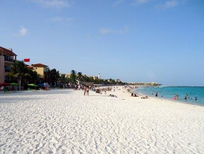 Un socavón en una playa mexicana siembra el pánico entre los bañistas