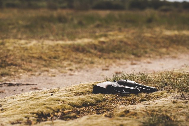 Pistola en el suelo