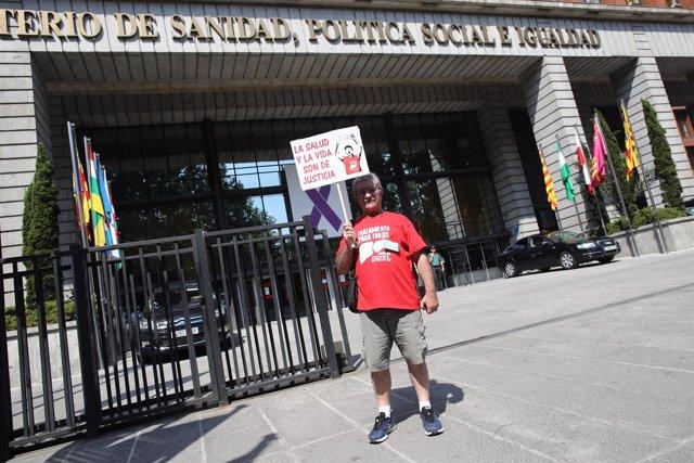 Protesta de enfermos de hepatitis a las puertas del Ministerio de Sanidad