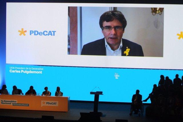 Imagen del expresidente catalán Carles Puigdemont en la asamblea del PDeCAT