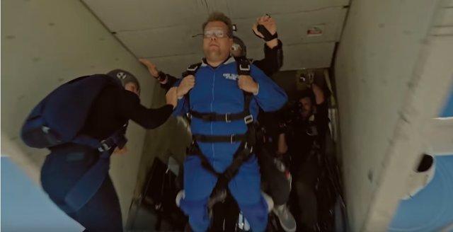 James Corden salta en paracaídas