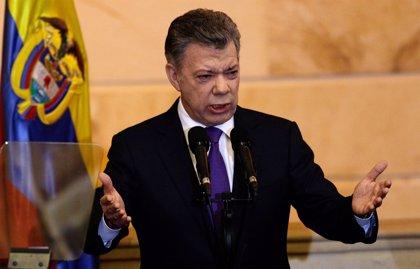 Santos firma un decreto que regulará a 400.000 venezolanos indocumentados su situación en Colombia